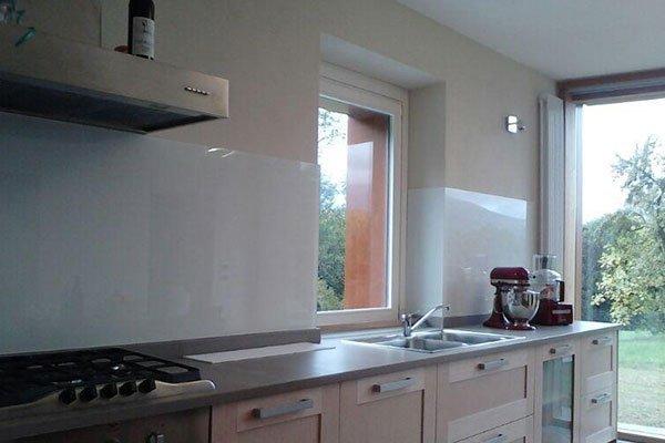 Vetro alla finestra e porta e anche vetro bianco nella parete