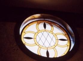 una vetrata rotonda con disegni gialli e neri
