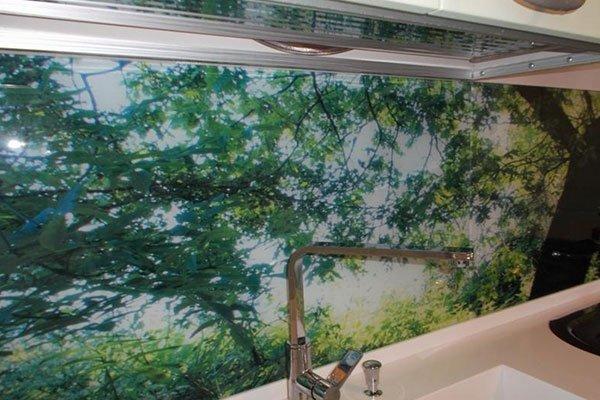 Vetro decorato con alberi sulla parete del bagno