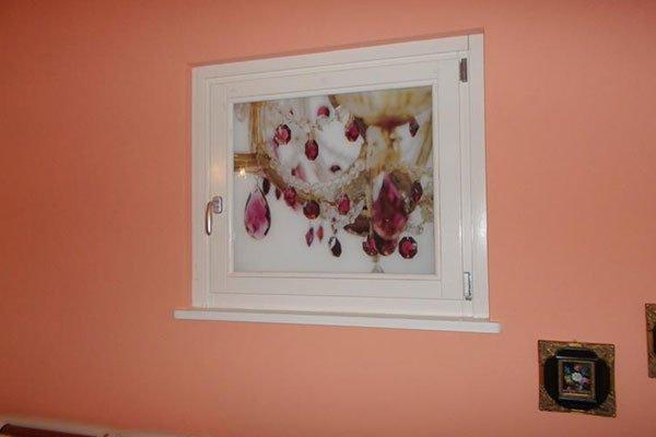 Piccola porta di armadio fatta con vetro di colori