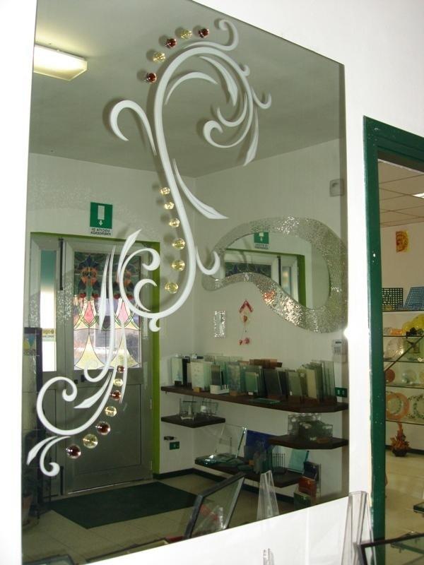 uno specchio con un disegno bianco