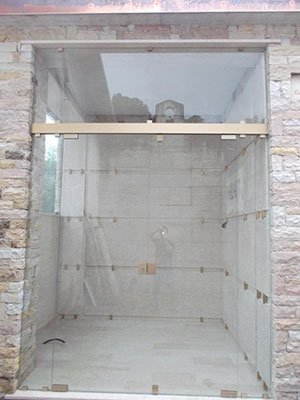 Casa di mattoni con grande finestra di vetro