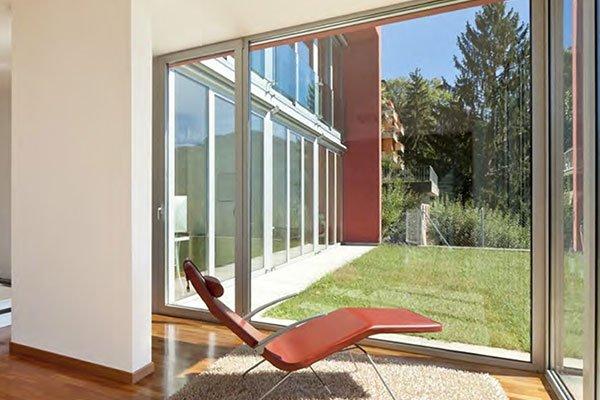 Recinzione con porte scorrevoli di vetro
