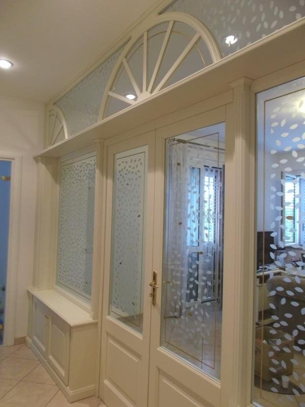 una porta in legno bianco con delle vetrate