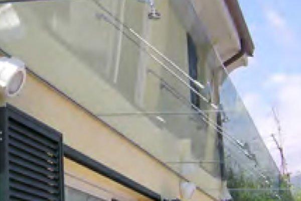 Corrimano di terrazza fatto di vetro