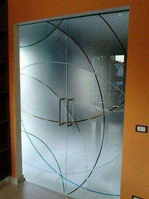 Porte di vetro opaco con design di razze curve di colore