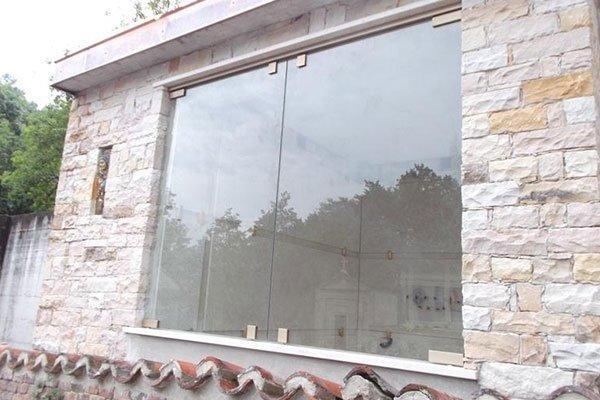 Casa da mattoni con una grande finestra di vetro