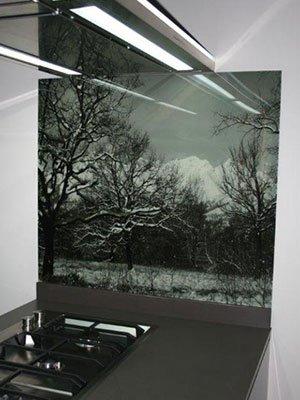 Specchio con montagne nevicate