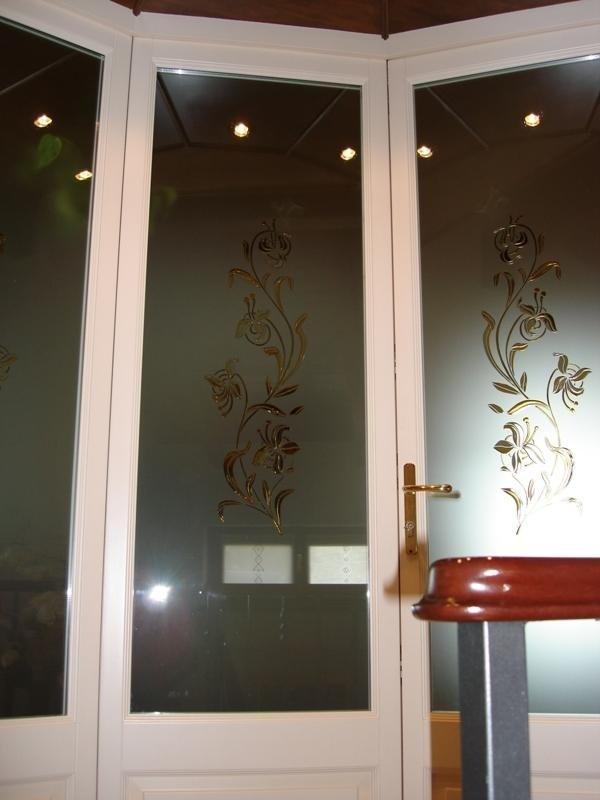 delle porte in vetro con disegni a fiori beige