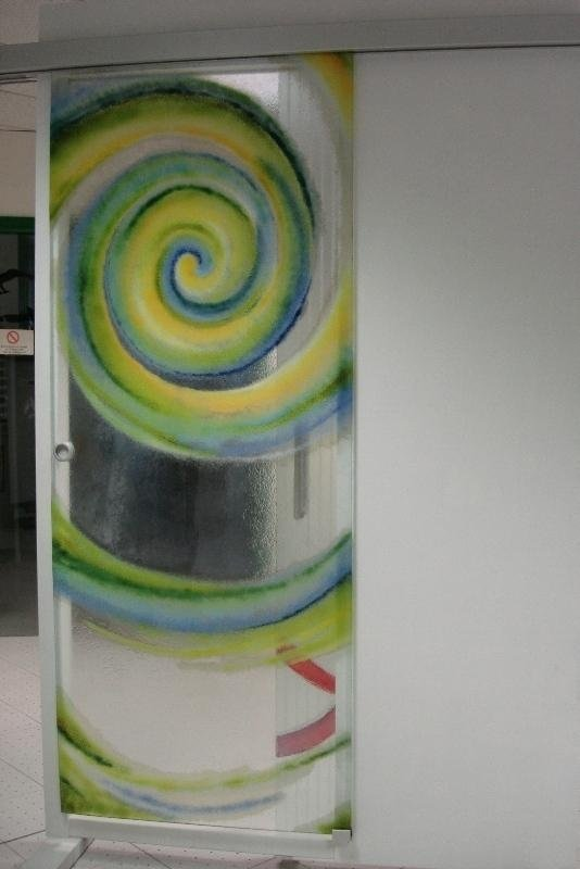 una porta con disegni a spirale gialli e verdi