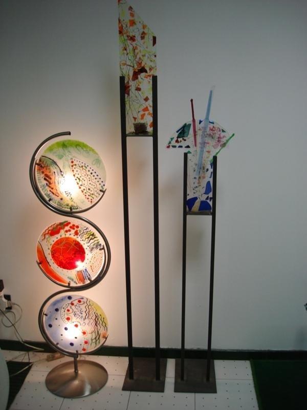 una lampada da terra a tre vetri colorati
