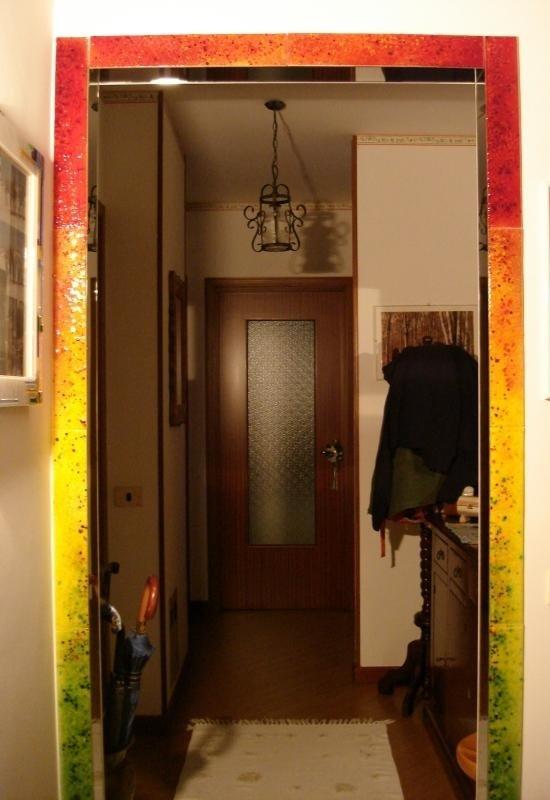 una porta in legno con un vetro al centro