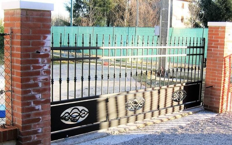 Prospettiva di un cancello in metallo