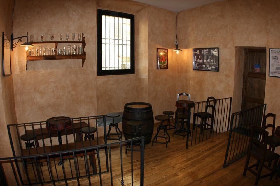 bl'interno di un locale con botti di legno sedie e una finestra