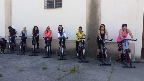 donne su una bicicletta di spinning