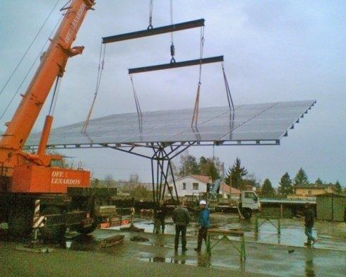 sistemazione pannelli solari con gru