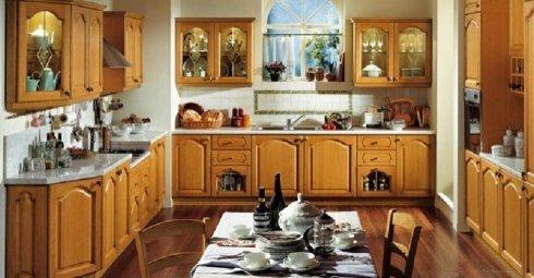 Cucina in legno chiaro, cucina campagnola, cucina con inserti in legno