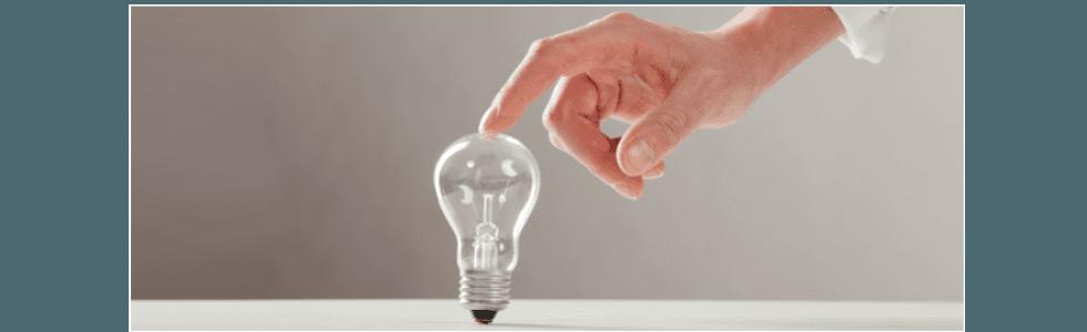 mano che tocca una lampadina