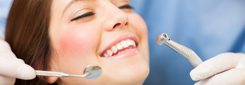 Donna felice durante il trattamento dentale