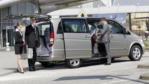 persone intente a salire su un van