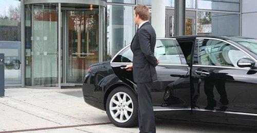 autista con auto di lusso