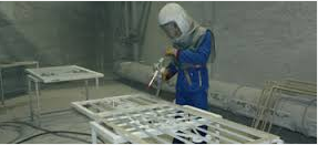 operaio nel processo di granigliatura