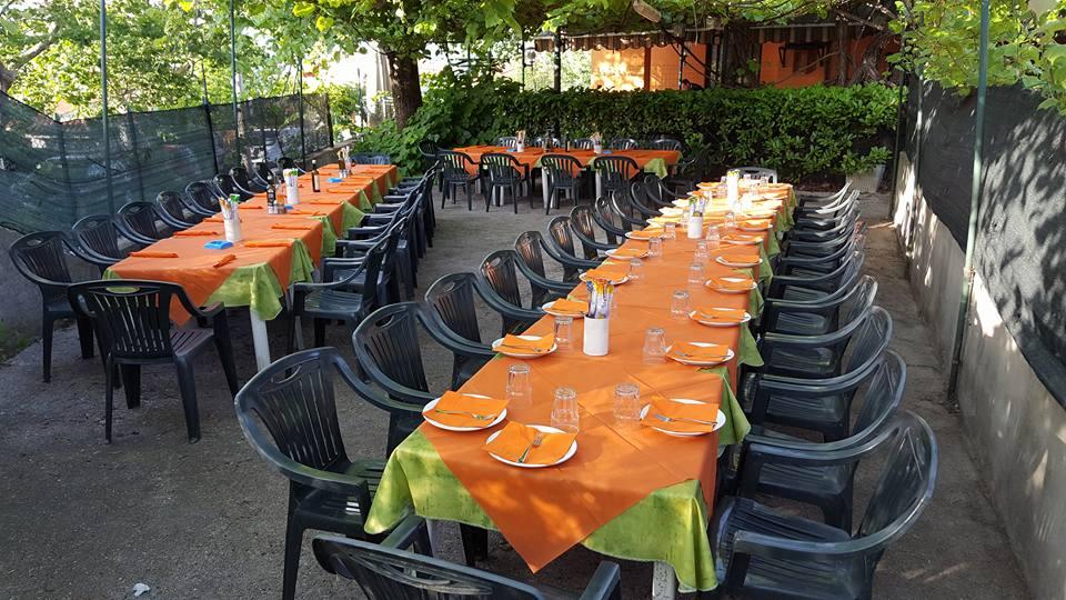 Interno del ristorante con mobili in legno