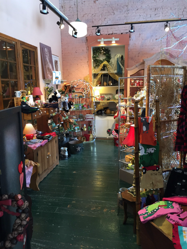 Displayed vast variety of gifts at available the shop