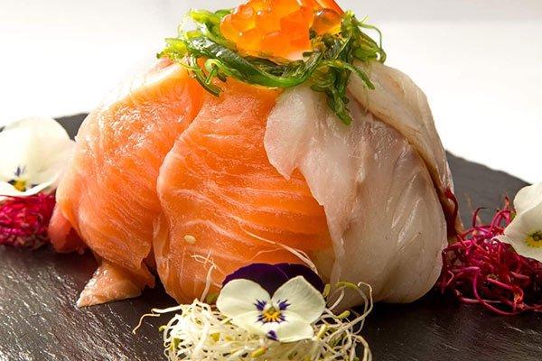 piatto di sushi con salmone
