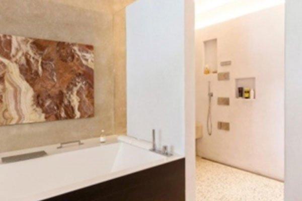 vista di una vasca da bagno moderna in una stanza luminosa