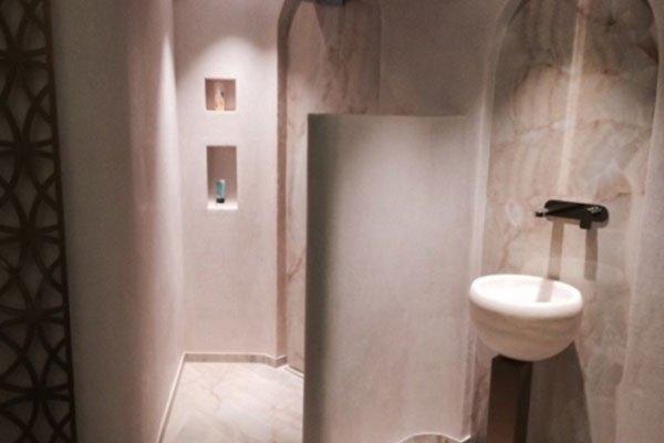 vista di una stanza con muri in marmo di color rosa
