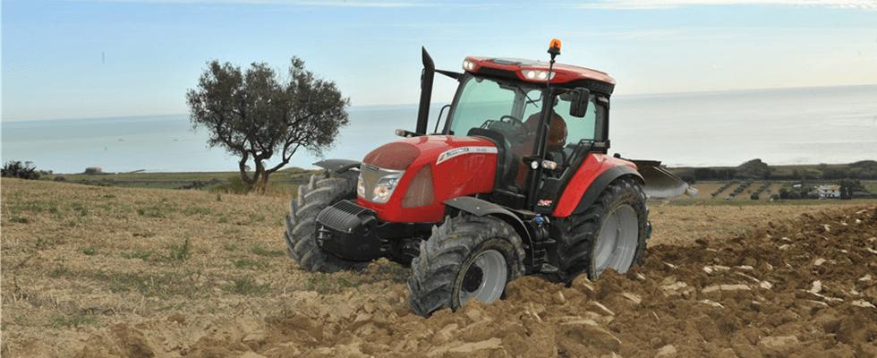 un trattore arancione in un terreno