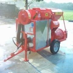 un macchinario rosso con delle ruote visto da lontano