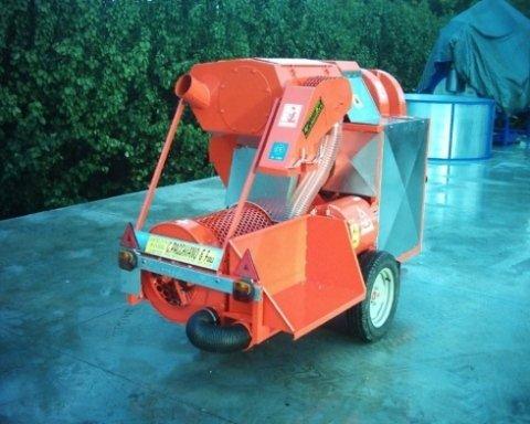 un macchinario arancione