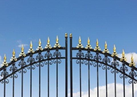 Particolare di cancello in ferro battuto con punte dorate.