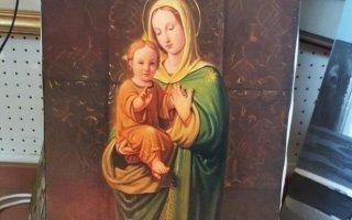 un dipinto della Madonna con un bambino in braccio