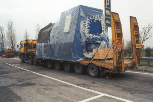 La ditta Balboni Gabriele Autotrasporti esegue la movimentazione di grandi cisterne per il settore industriale.
