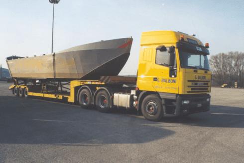 La ditta Balboni Gabriele Autotrasporti dispone di camion in grado di spostare veicoli navali, anche su lunghe tratte.
