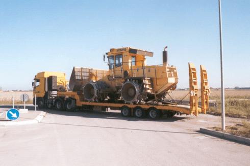 Balboni Gabriele Autotrasporti esegue lo spostamento di macchine operatrici per il settore edile.