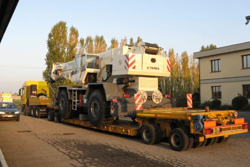 Gli automezzi della Balboni Gabriele Autotrasporti sono in grado di spostare grandi macchinari.