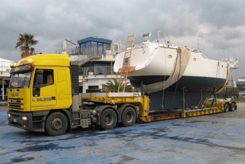 La Balboni Gabriele Autotrasporti dispone di grossi mezzi per la movimentazione di barche e yacht.
