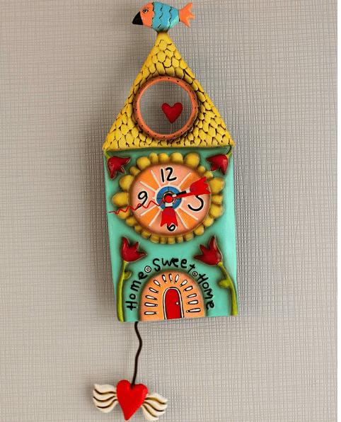 Il punto vendita mette inoltre a disposizione un vasto assortimento di piatti, posate, diffusori per ambienti, specchi, lampadari, orologi, appendiabiti, quadri e molto altro ancora come questo orologio di pendolo di divertenti colori