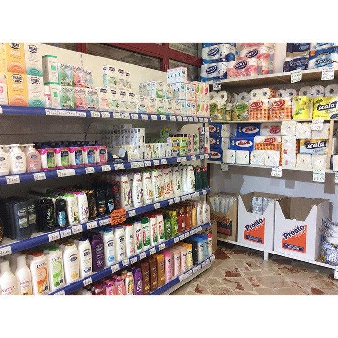 assortimento prodotti negozio di casalingi