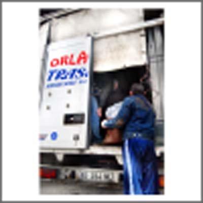 operaio carica mobili su camioncino