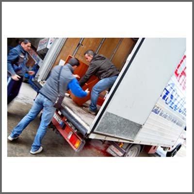 operai scaricano mobili