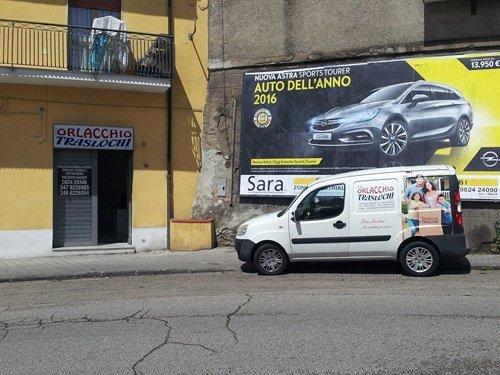 furgone davanti sede Traslochi Orlacchio