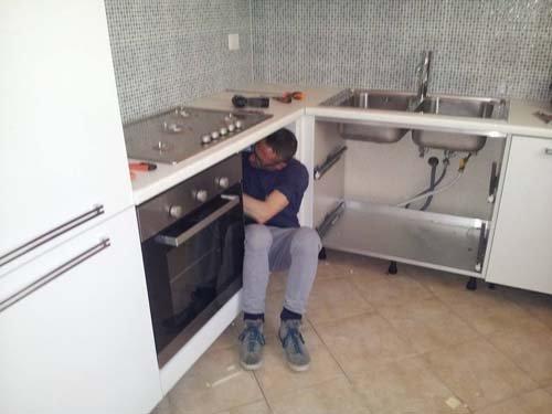 operaio monta cucina