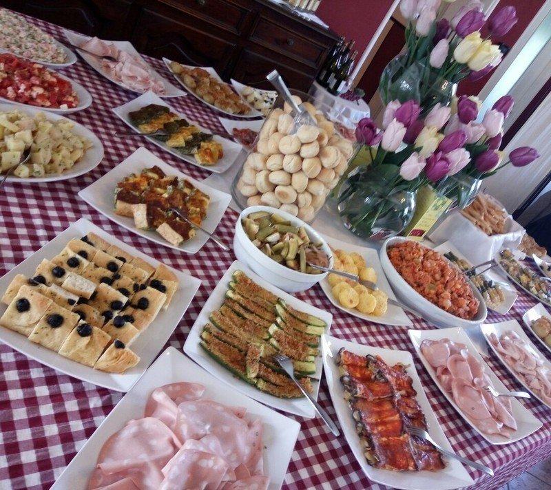 un buffet con salumi e altri piatti speciali