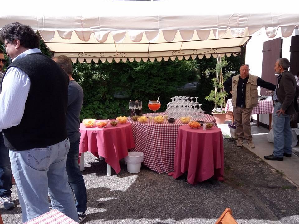 delle persone vicino a un buffet esterno con delle tovaglie rosa