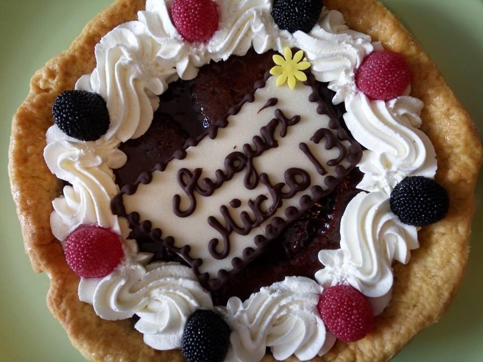 una torta con panna e frutti di bosco